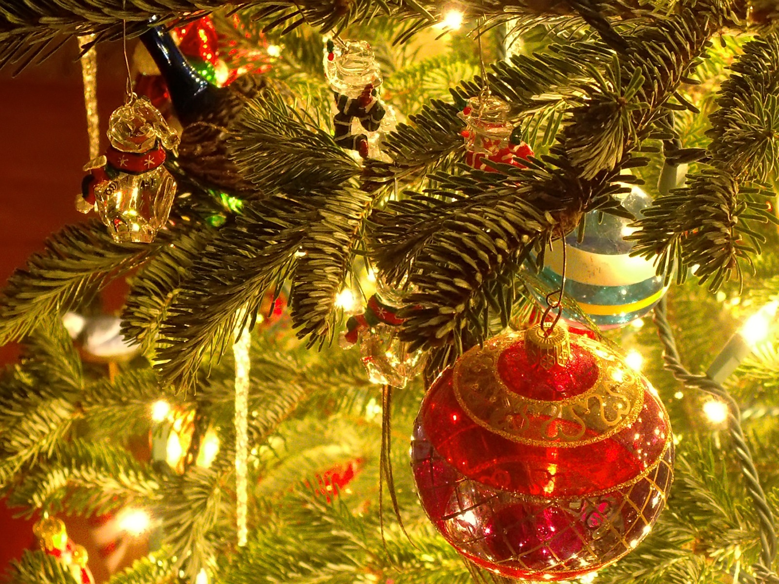 Christmas tree ornaments 1600x1200